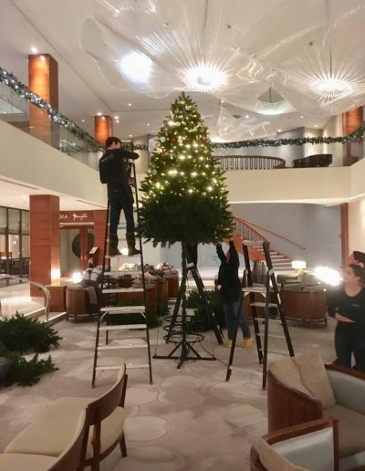 Opbouw grote kerstboom Kerst in Stijl kerststylisten